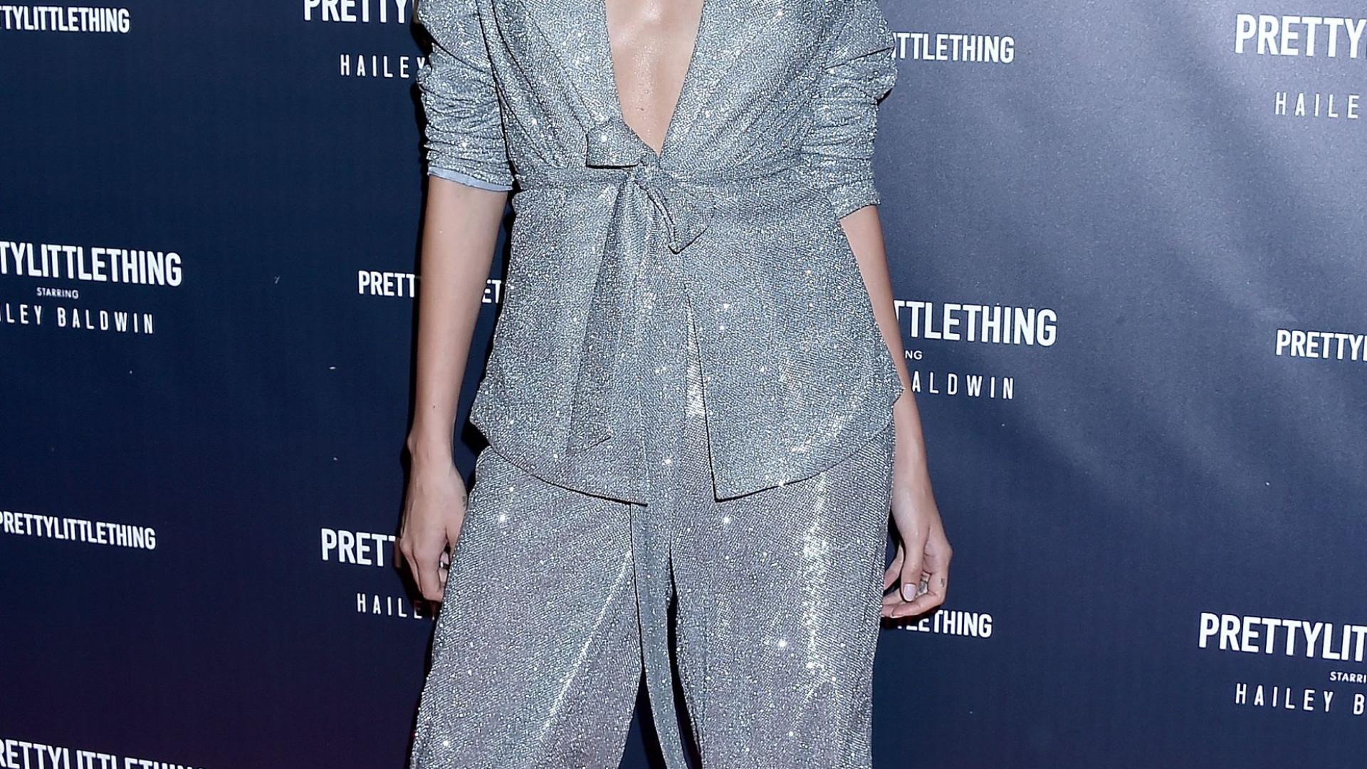 Hailey Baldwin 'brilha' com look decotado
