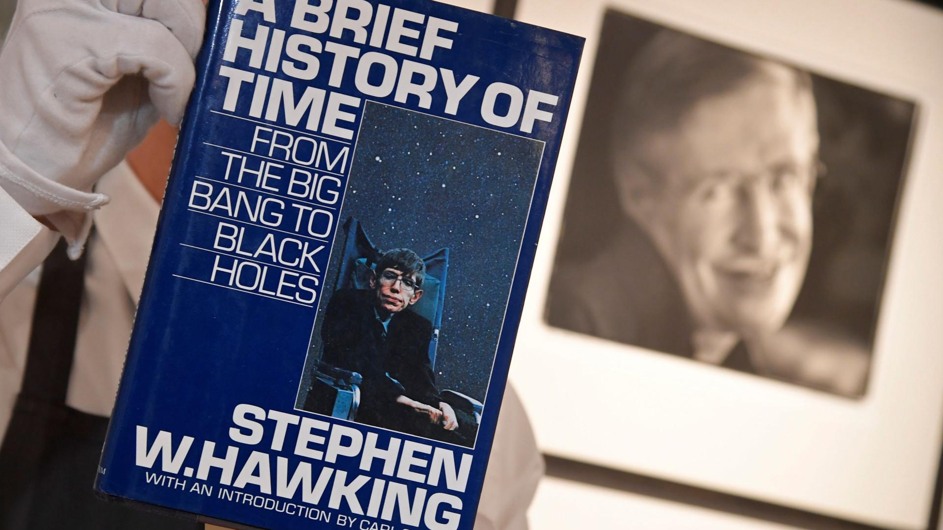 Cadeira de rodas e tese de Stephen Hawking leiloadas por um milhão