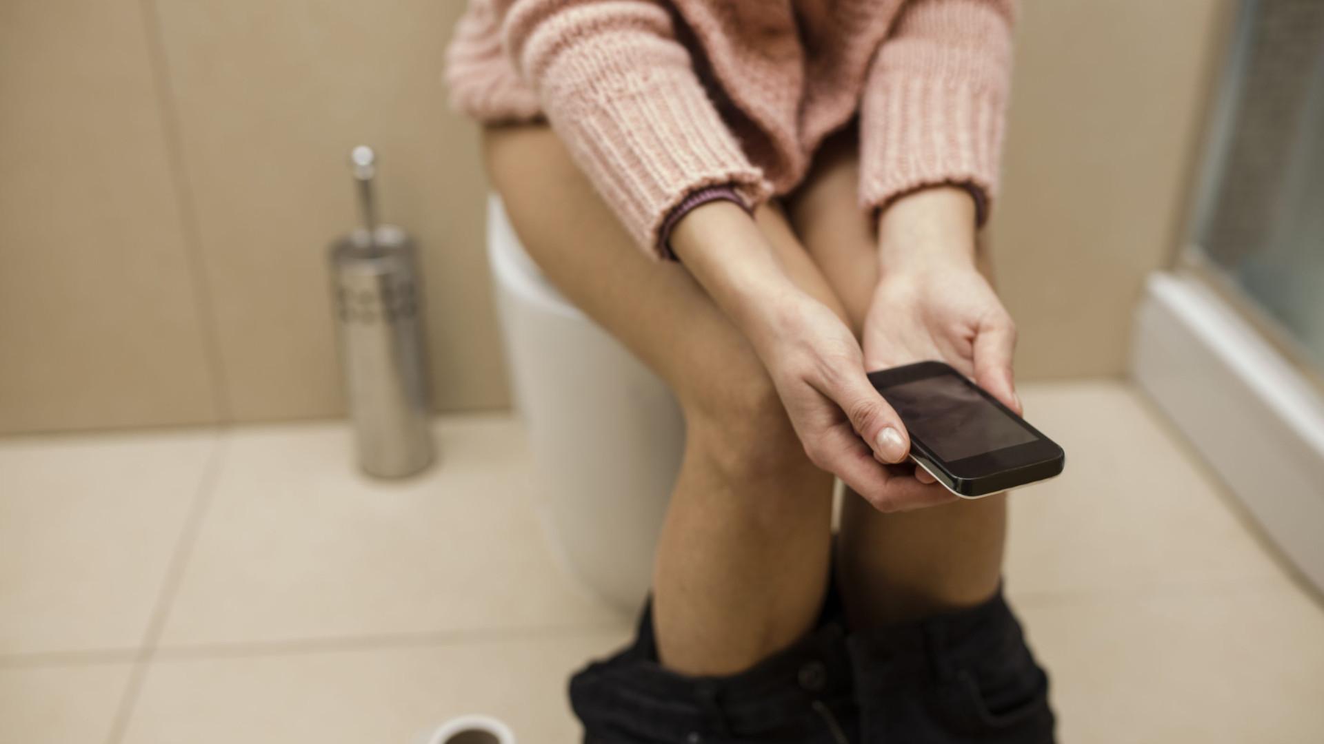 Pela sua saúde, não leve o telemóvel para a casa de banho