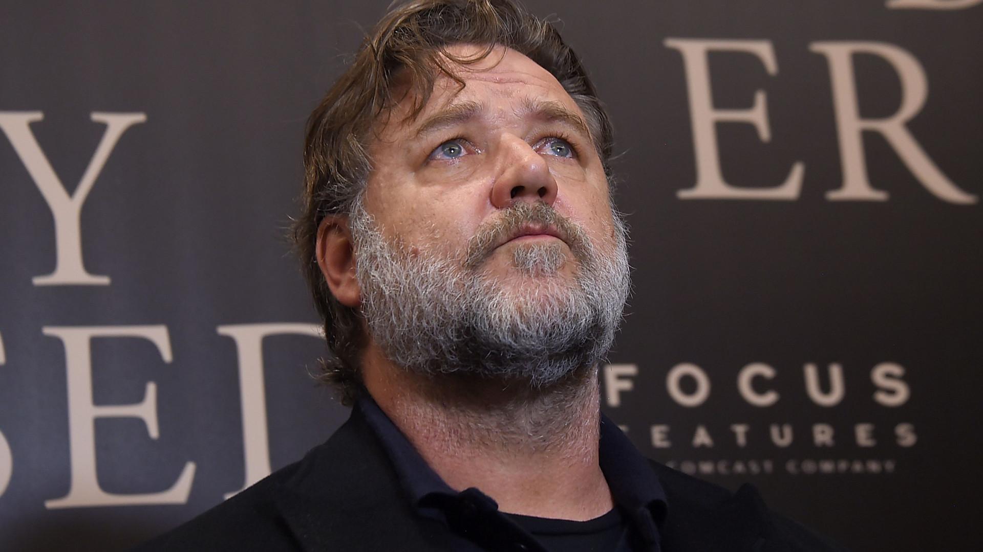 Russell Crowe surge irreconhecível para nova personagem