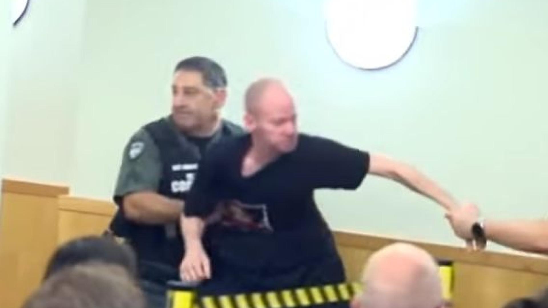 Pai expulso do tribunal depois de confrontar homem que lhe matou a filha