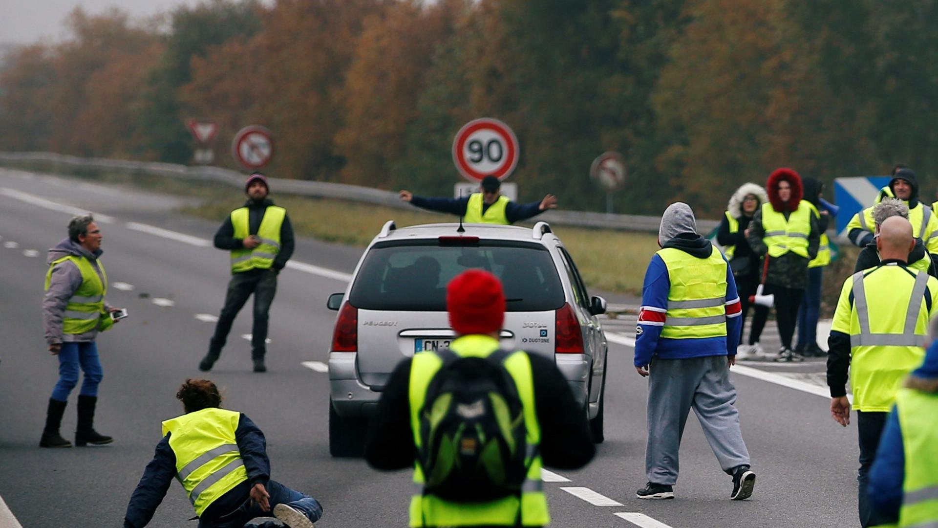 Manifestações de 'coletes amarelos' em França fazem um morto e 47 feridos