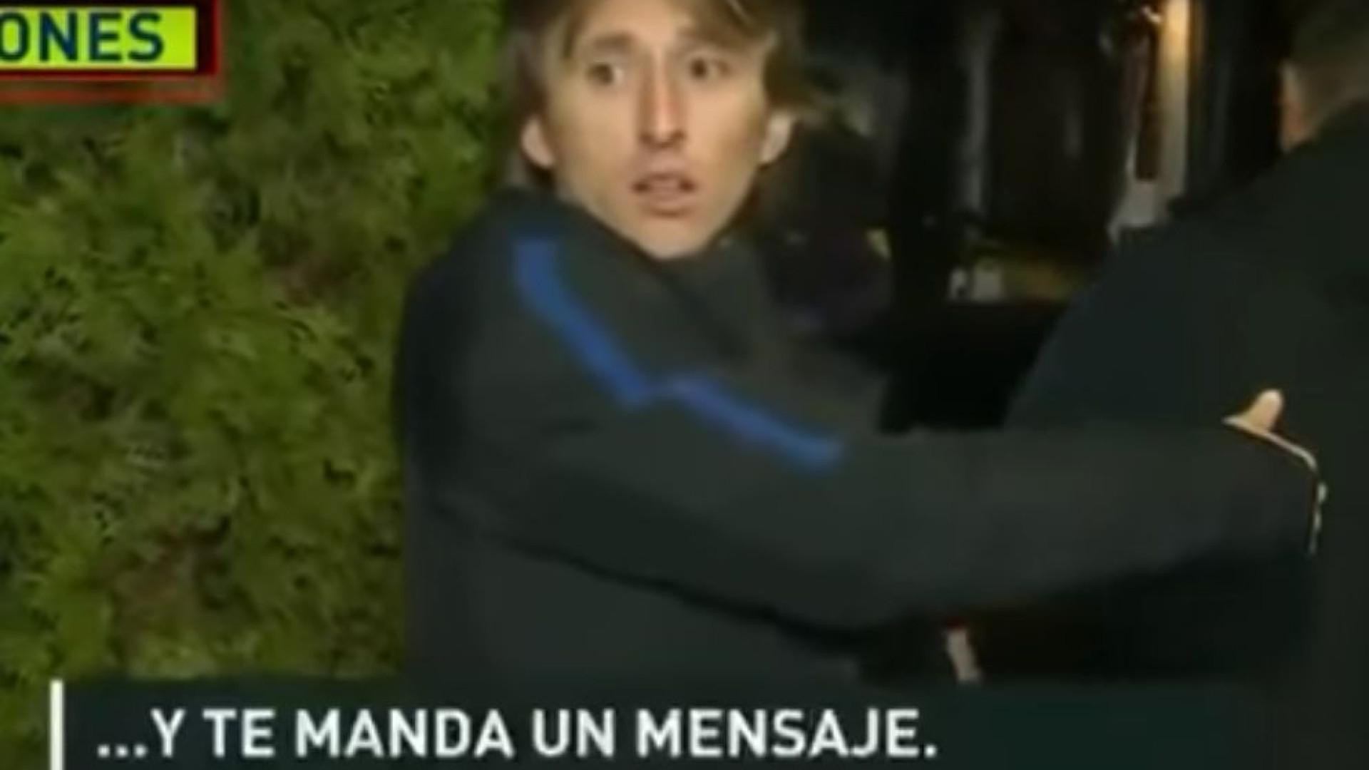 Modric acede a pedido de jornalista e o momento que se segue arrepia