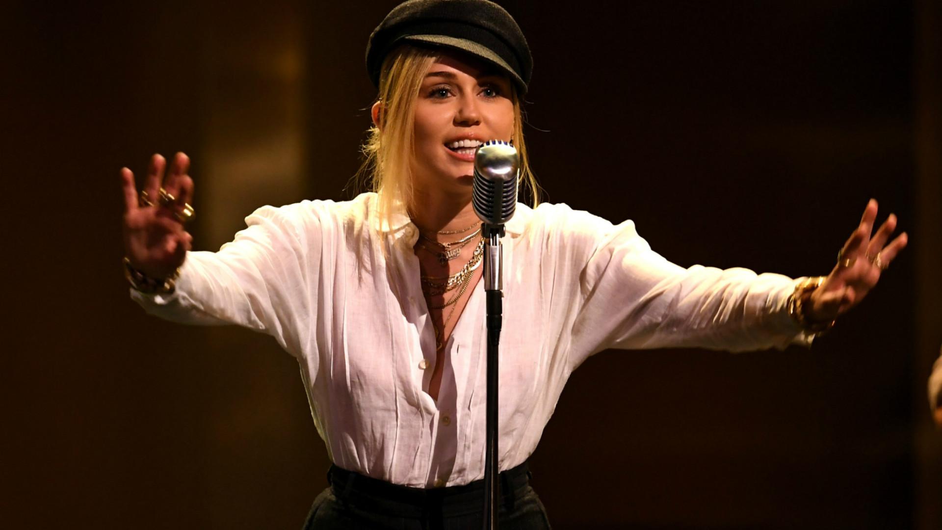 A dança sensual de Miley Cyrus nos bastidores de videoclipe