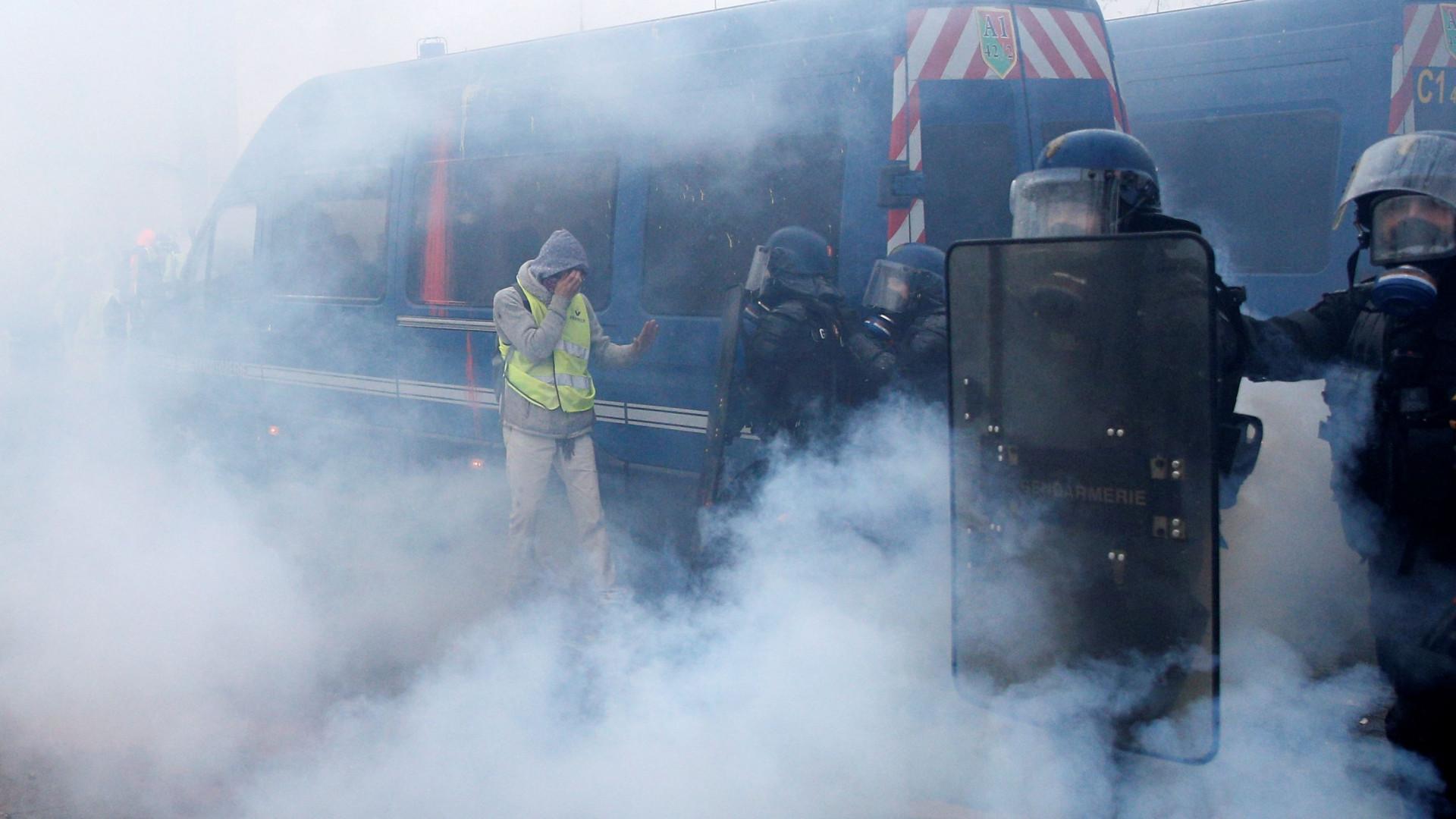Confrontos em Paris. Polícia usa gás lacrimogéneo