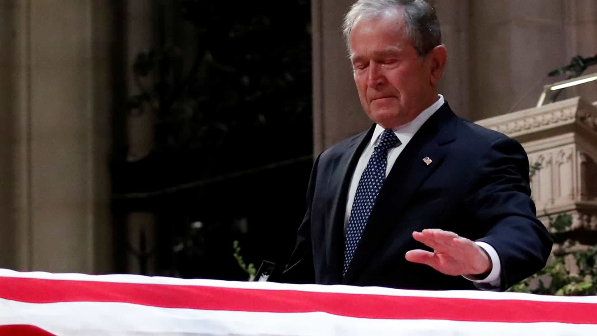 De filho para pai, de um presidente para outro. O emotivo adeus de Bush