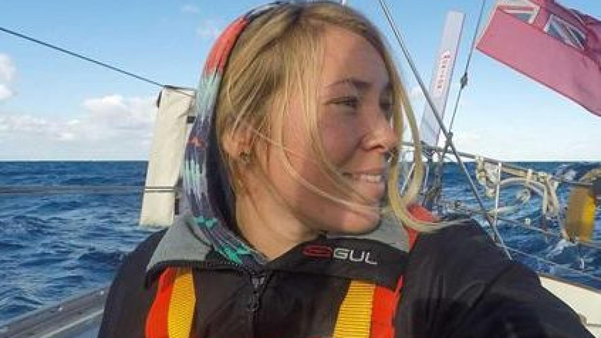 Velejadora britânica resgatada após perder mastro em corrida