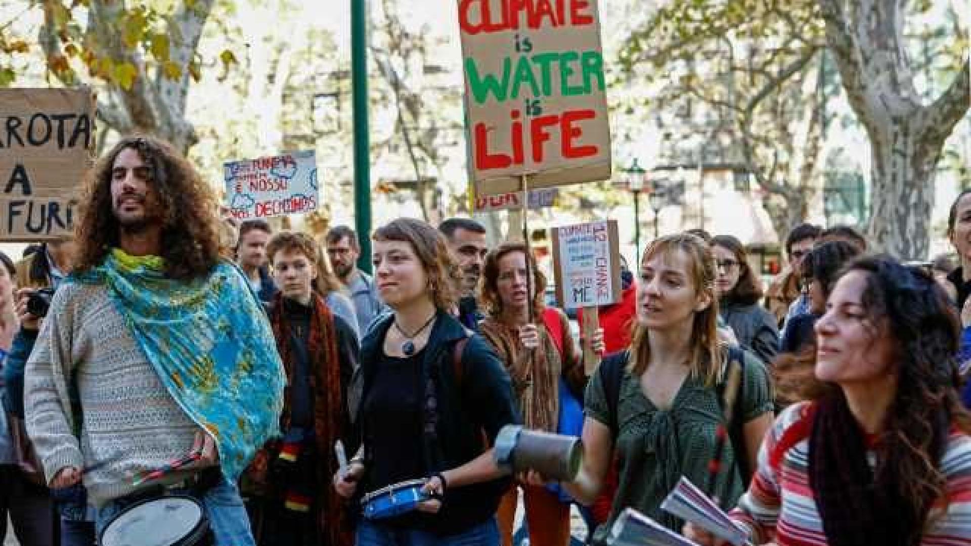 Cerca de 50 manifestantes em Lisboa em defesa do clima