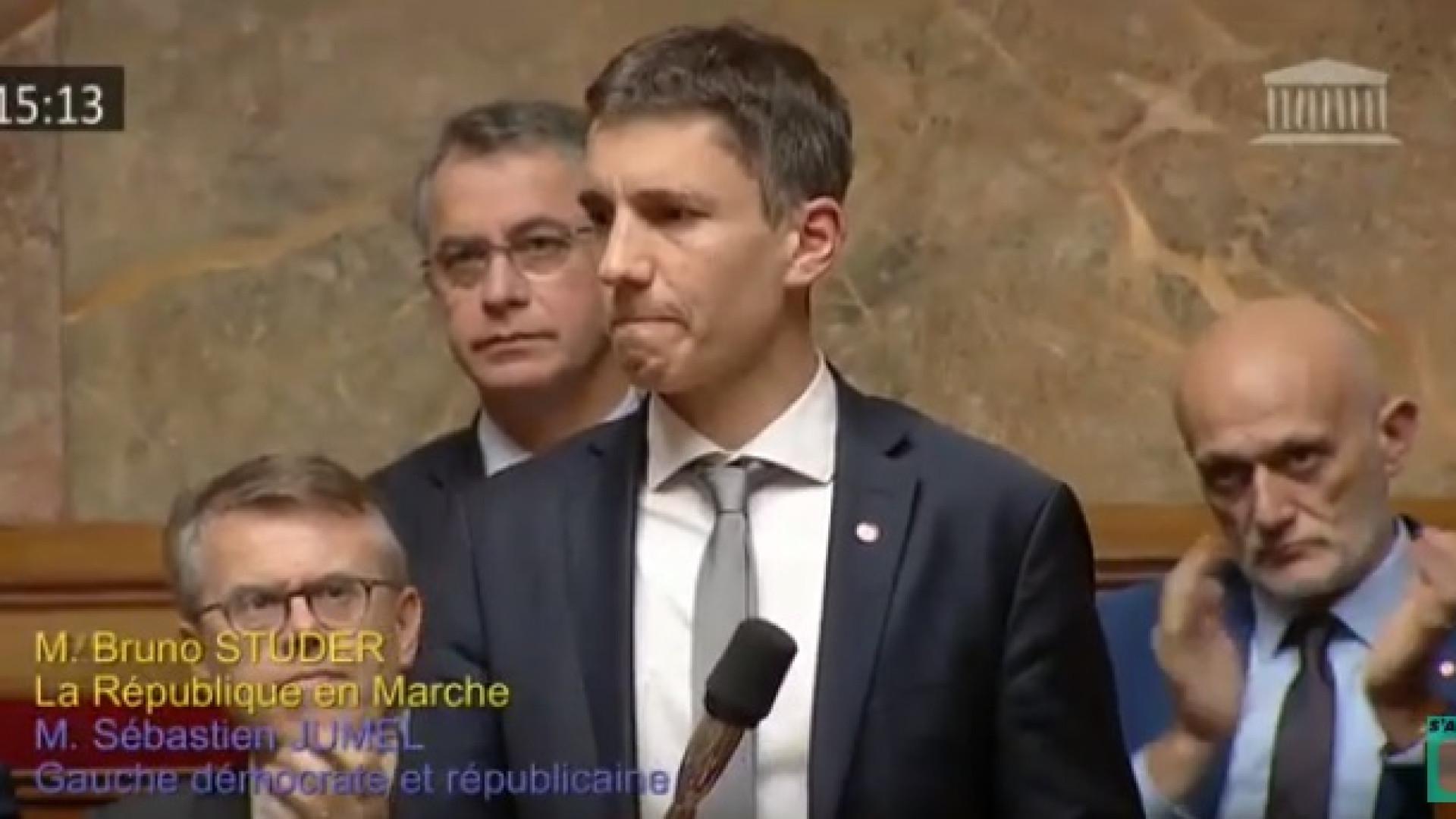 Estrasburgo: Deputado emociona-se no Parlamento francês durante discurso