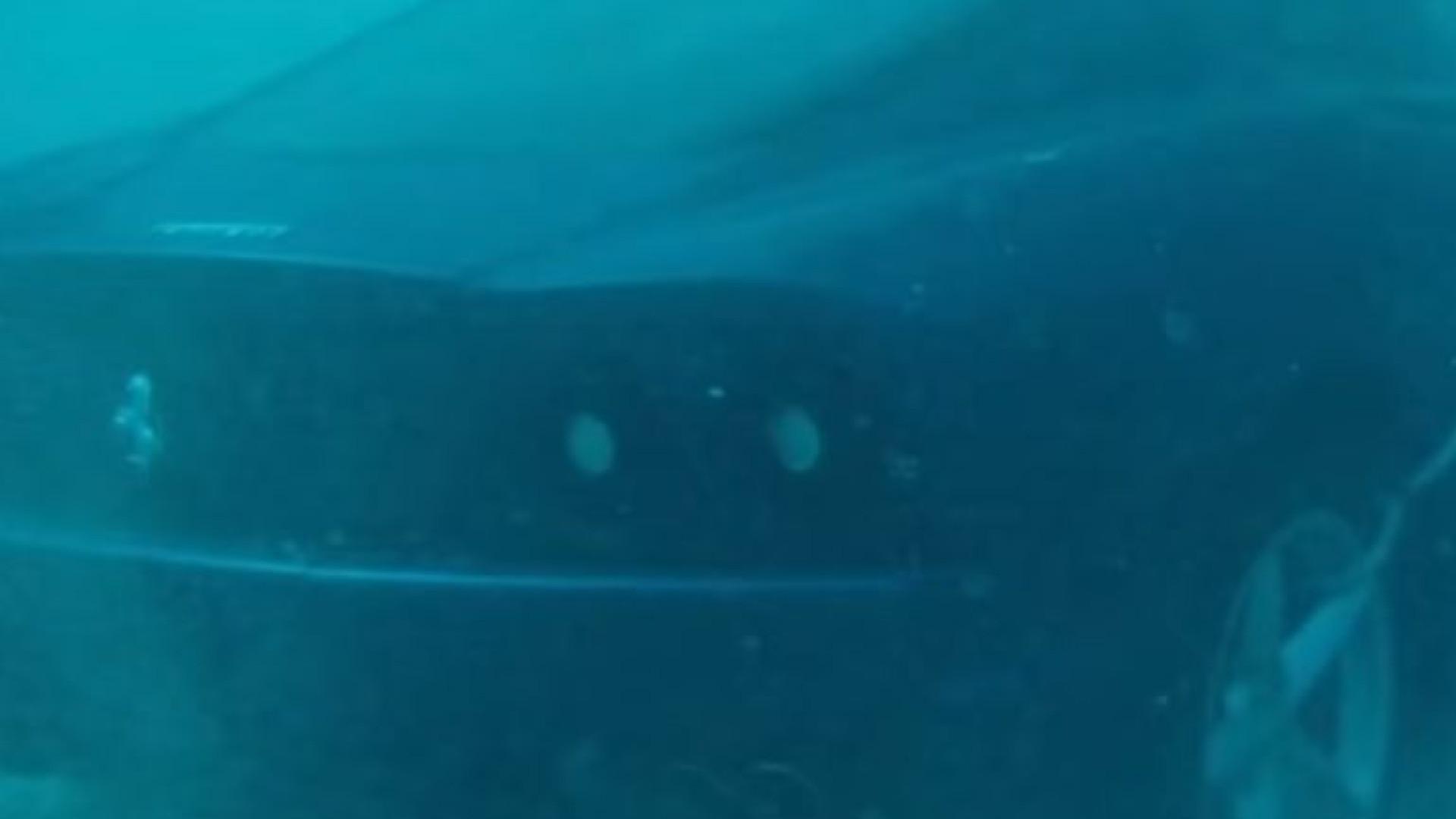 Eis o momento em que um condutor coloca o seu Ferrari 360 no mar