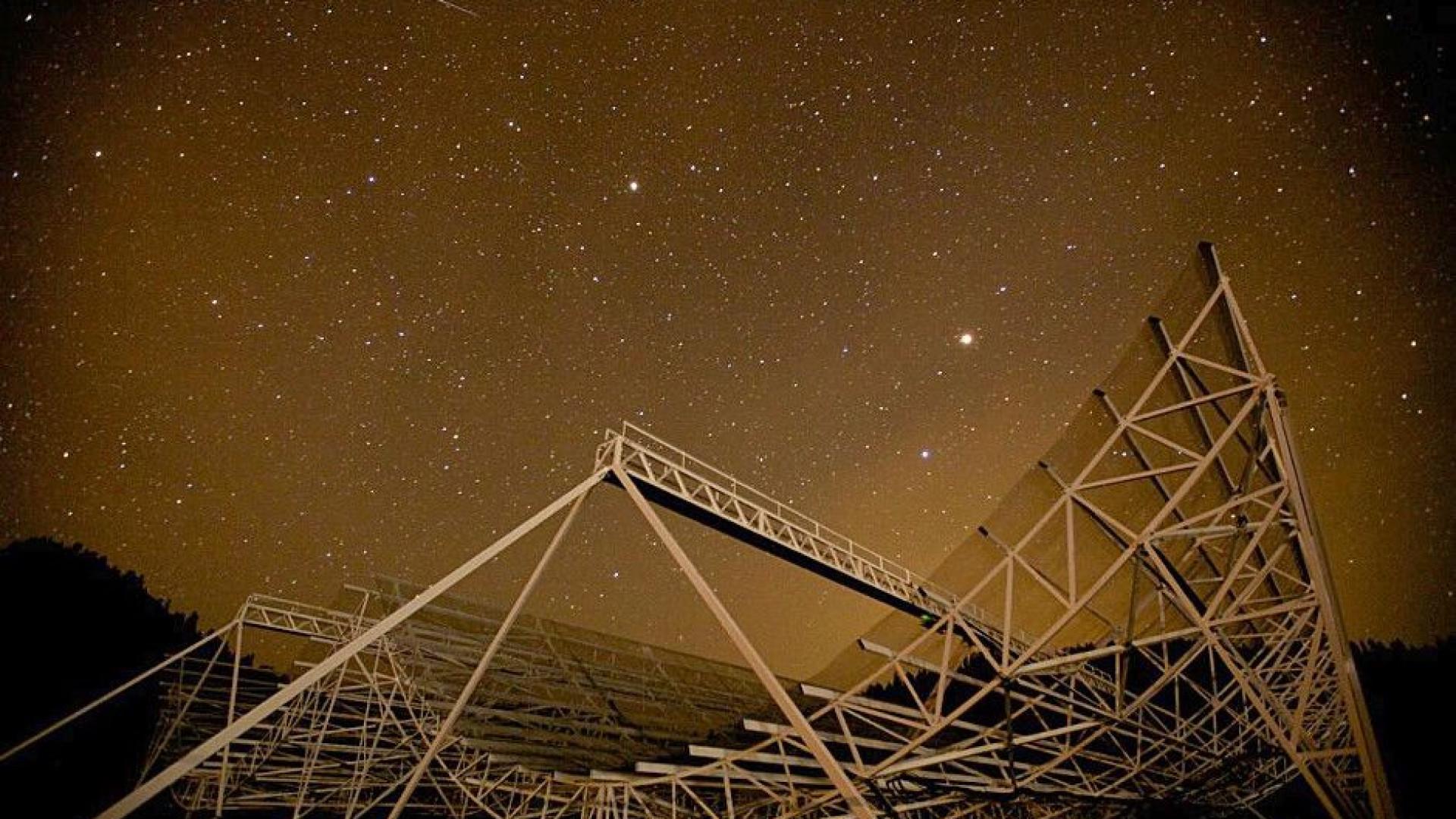 Foram detetados sinais de rádio de uma galáxia a 1,5 biliões de anos-luz