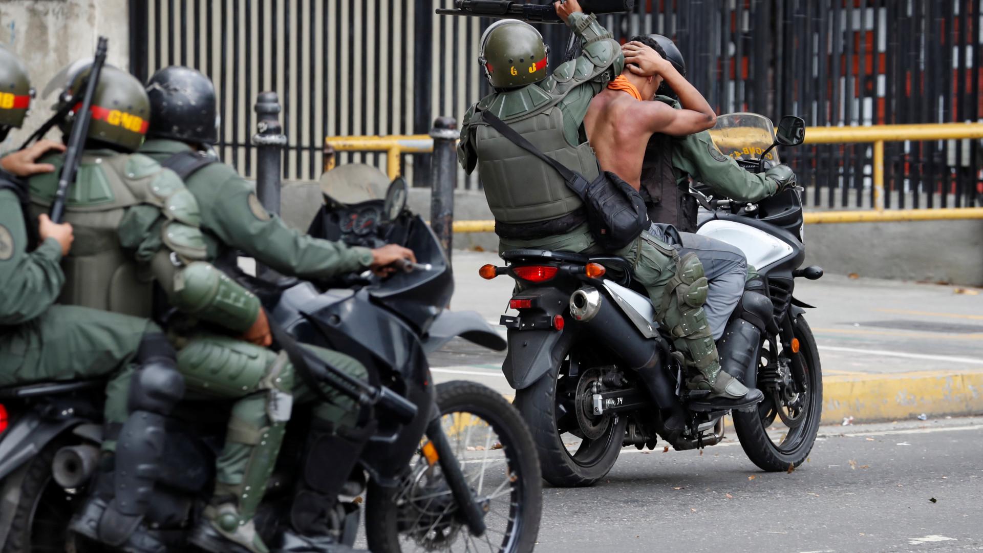 Polícia dispersa manifestantes oposição com tiros e gás lacrimogéneo