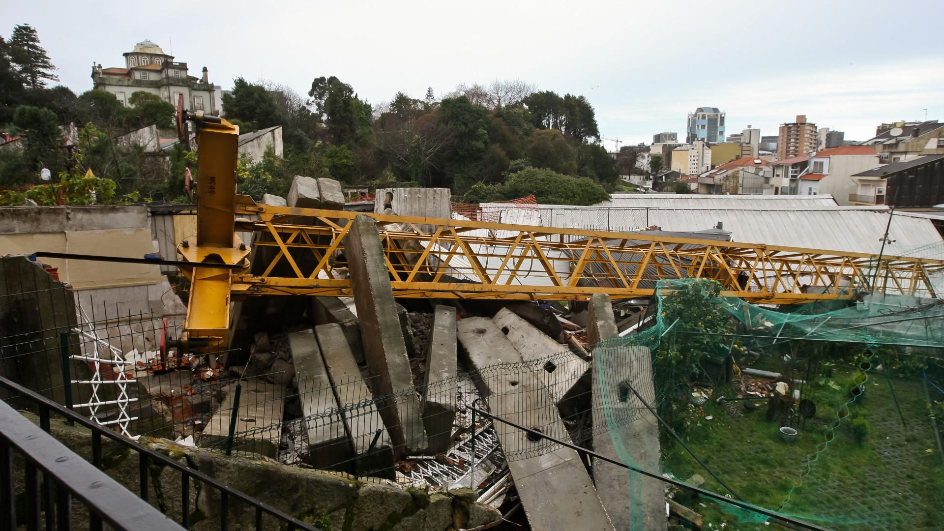 Ruas da Torrinha e da Boa Hora encerradas para remoção da grua que caiu