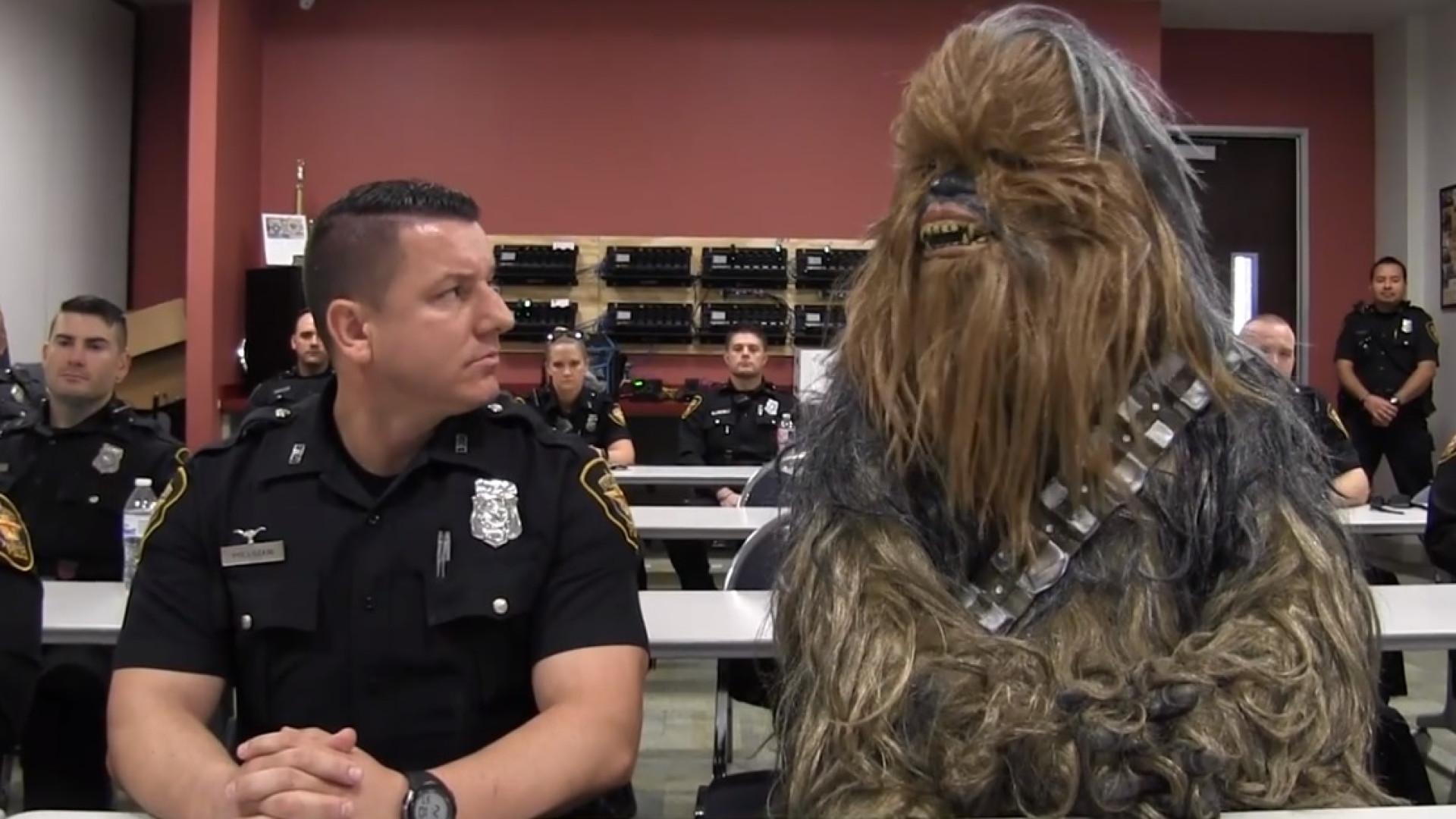 Chewbacca agora é polícia? Recorrer à criatividade para recrutar agentes