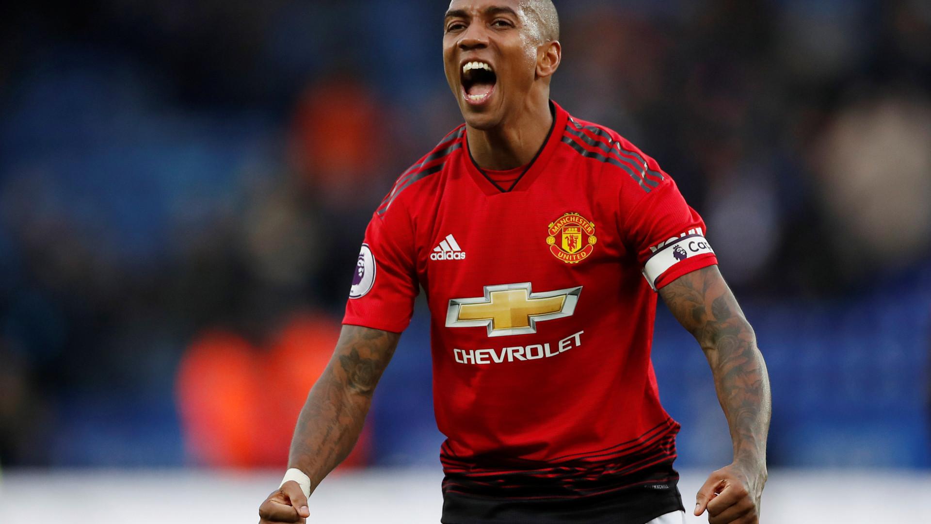 Oficial: Ashley Young prolonga contrato com o Manchester United