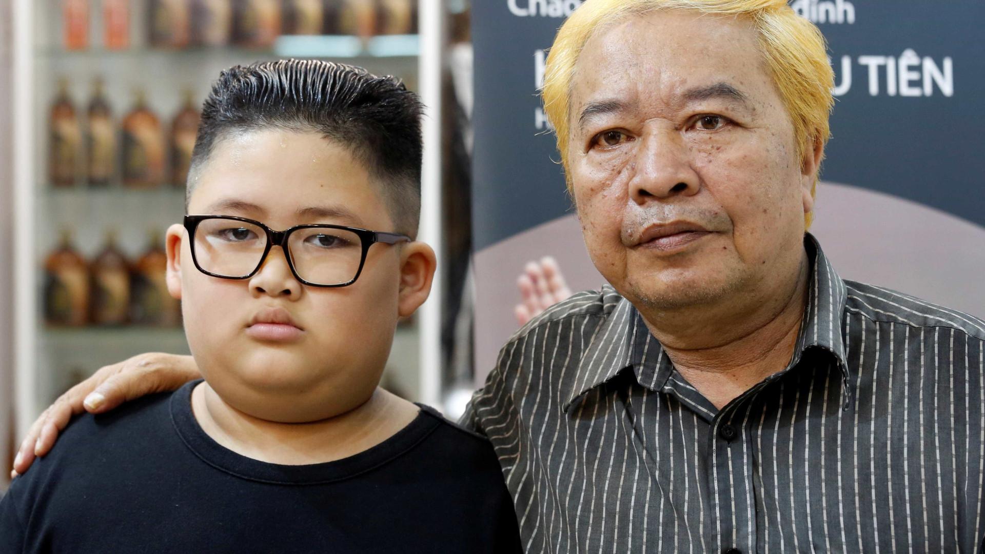 Este barbeiro oferece penteados de Kim Jong-un ou Trump. Qual escolheria?