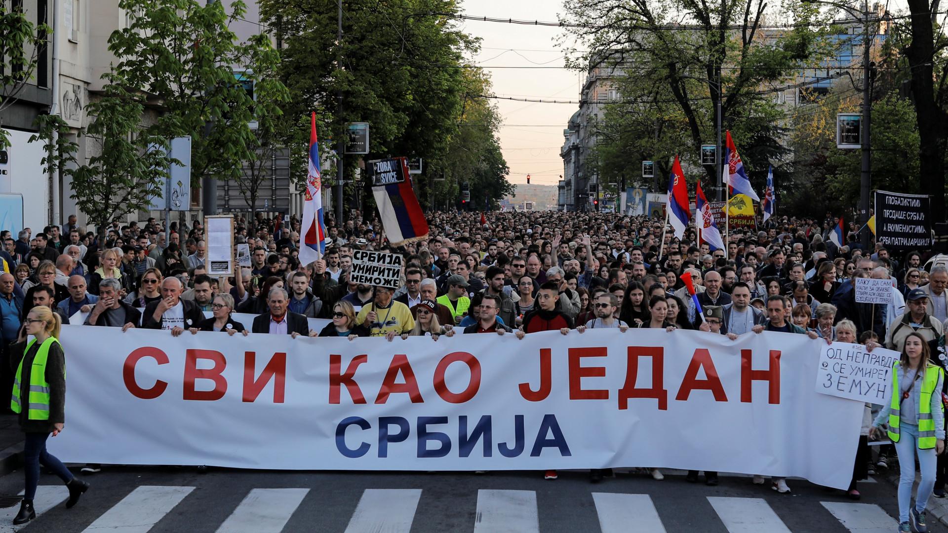 Milhares nas ruas de Belgrado em protesto contra o governo