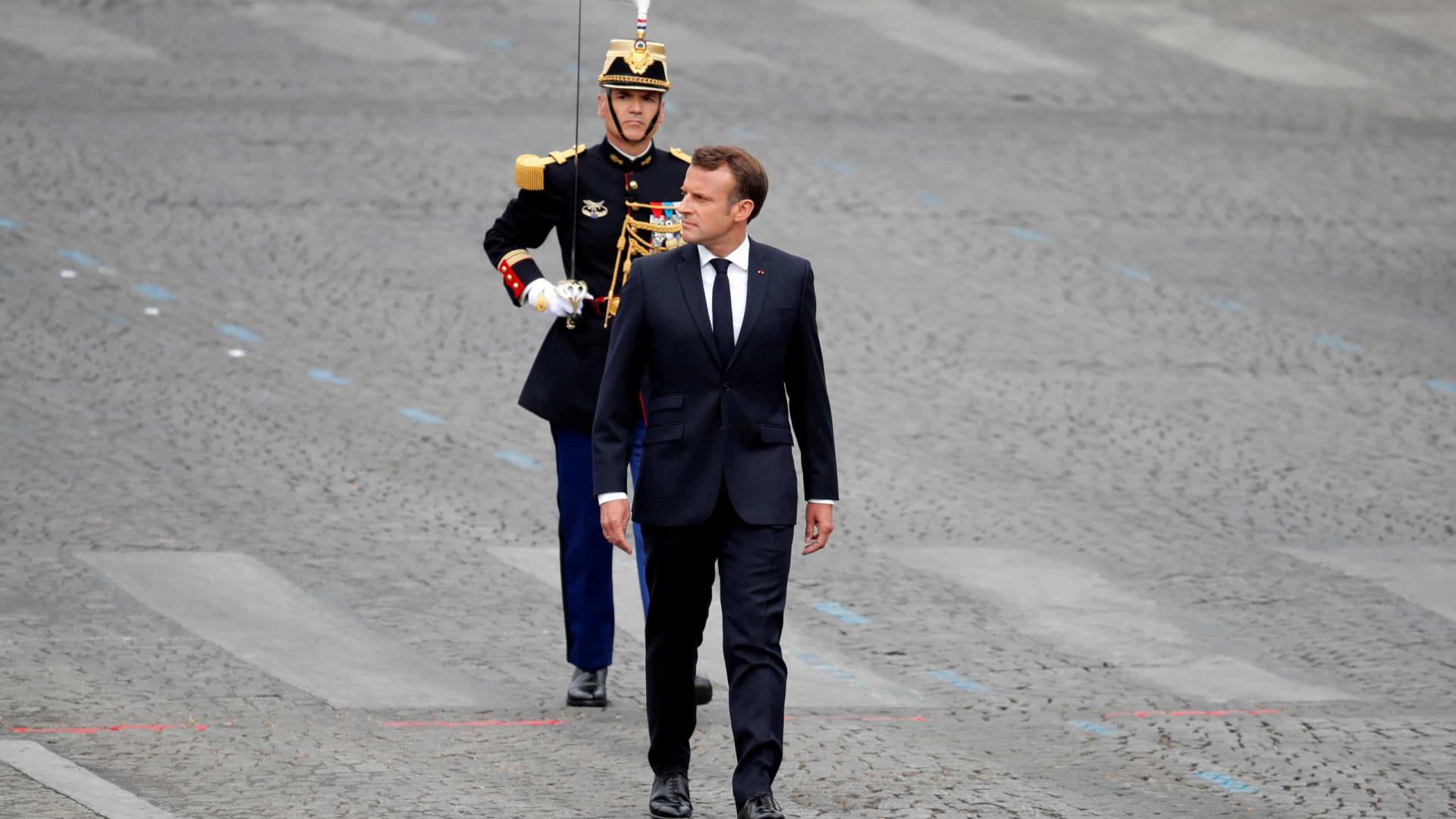 Coletes amarelos vaiaram Macron no desfile do 14 de julho em Paris