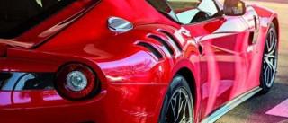 Alan Ruiz não pode estacionar Ferrari vermelho em Alcochete