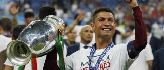 Vídeo: Cristiano Ronaldo apanhado aos beijos numa discoteca