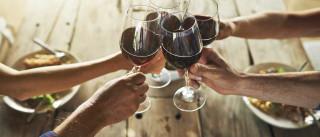 Andámos a vida toda a agarrar mal os copos de vinho?