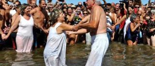 Um 'Banho Santo' que afasta males na praia da Manta Rota