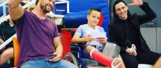 Chris Hemsworth e Tom Hiddleston visitam hospital infantil