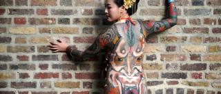 Convenção em Londres reúne centenas de artistas e 'telas-humanas'
