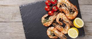 Sim, pode (e deve) comer as cascas do camarão