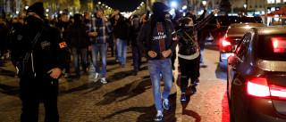 Centenas de polícias franceses protestam nas ruas pela terceira noite