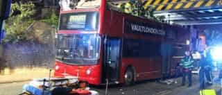 Mais de 20 feridos após autocarro de dois andares embater em ponte