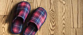 Limpar o chão com os chinelos? Veja este simples truque