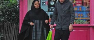 Janet Jackson vista em público pela primeira vez grávida