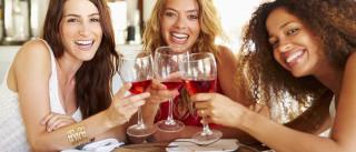 Estudo revela que elas já bebem tanto álcool quanto eles