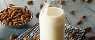 Algumas coisas que deve saber antes de comprar leite de amêndoa outra vez