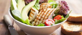 Nove dicas para conseguir comer de forma saudável quando está fora