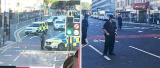 Polícias armados entram em autocarro para efetuar detenção de suspeito