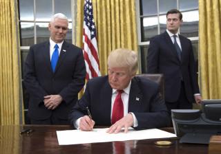 EUA: Trump assina decreto contra 'Obamacare'
