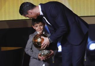 Filho de Cristiano Ronaldo marca livre... à Ronaldo