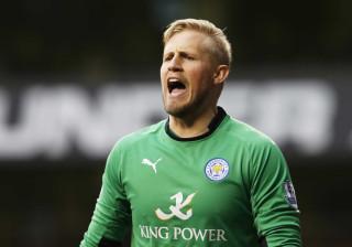 Guarda-redes do Leicester City presta tributo a Claudio Ranieri