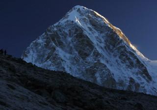 Aclamado alpinista suíço morre em queda no Evereste