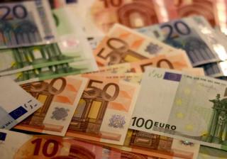 'Chuva de euros' em autoestrada alemã após motociclista perder saco