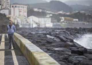 Ondulação forte provoca danos e fecha porto na Madalena