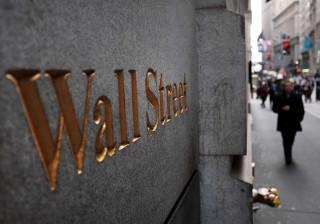 Wall Street fecha em baixa devido à reabertura do caso Hillary pelo FBI