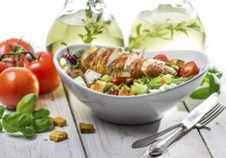 Dez dicas que o vão ajudar a ingerir menos calorias às refeições
