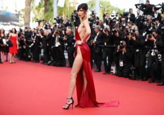 Bella Hadid revela (quase) tudo num vestido transparente