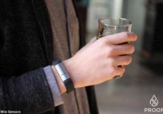 Se vai sair à noite não se esqueça desta pulseira. Vai-lhe ser útil