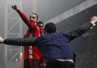 Ibrahimovic entra, marca e... é surpreendido por adepto
