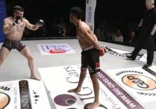 Lutador decide brincar com adversário. Acabou 'KO' no tapete