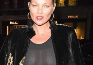 Kate Moss é 'traída' por flashes e mostra mais do que é suposto